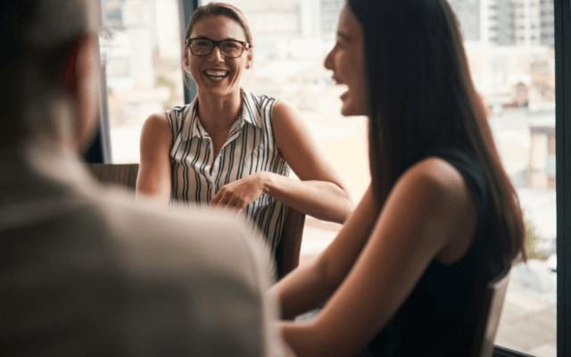 笑って会話する女性達,画像